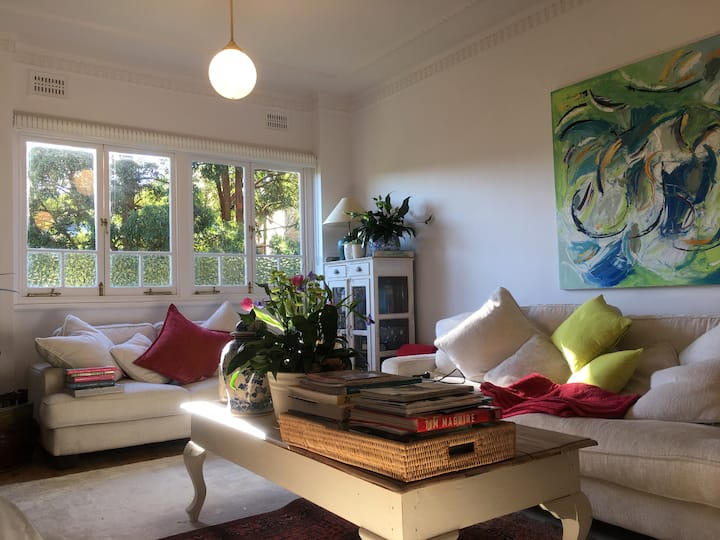 MOSMAN - lovely art apartment.