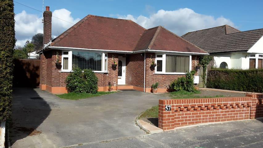 Pretty detached bungalow private garden. - Broadstone