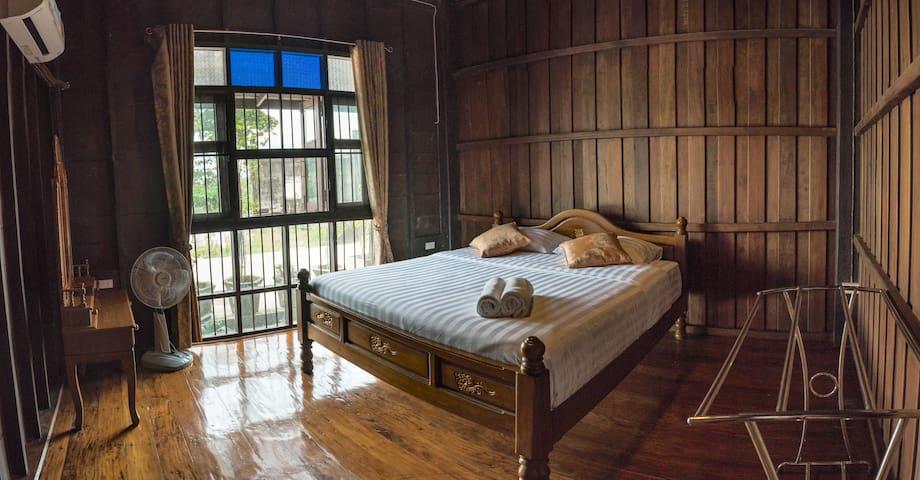 COCO HUT ☆ ROOM 2 Comfy Bedroom, Shared Bathroom