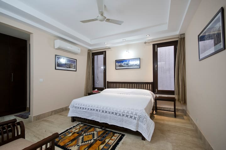 Erica's Place 2 - Spacious room in South Delhi