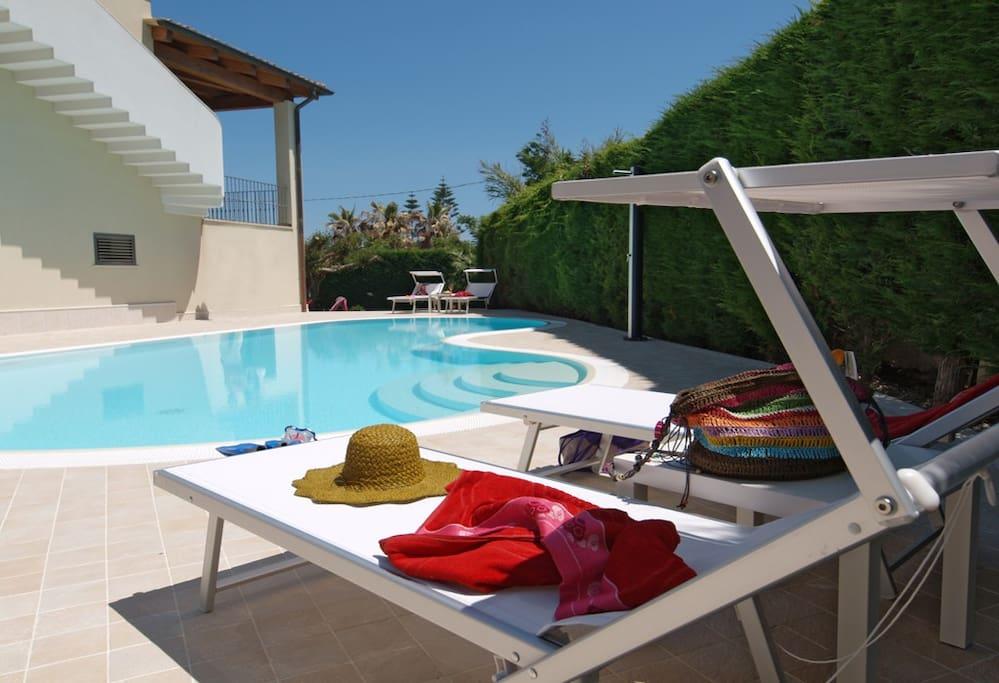 Il solarium della piscina