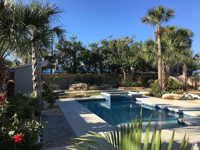 Tropical Oasis, Steps to Beach, Heated Pool & Spa