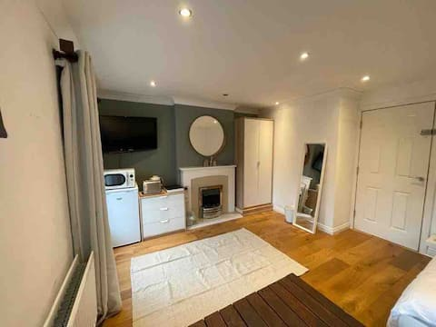 Large double room with own bathroom close to STN