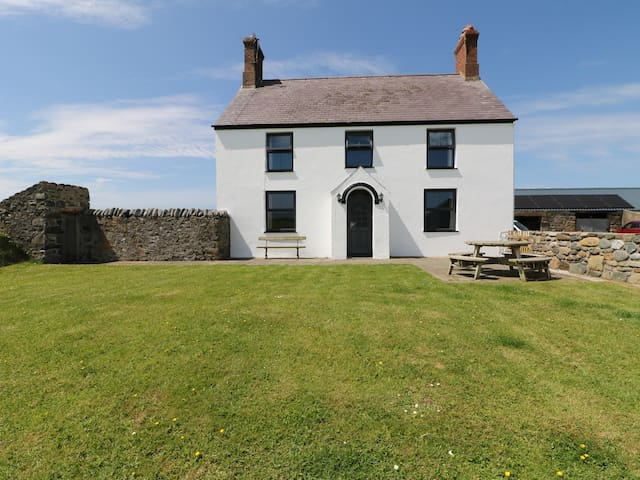 TREFOLLWYN MAWR, pet friendly, with open fire in Abersoch, Ref 967603