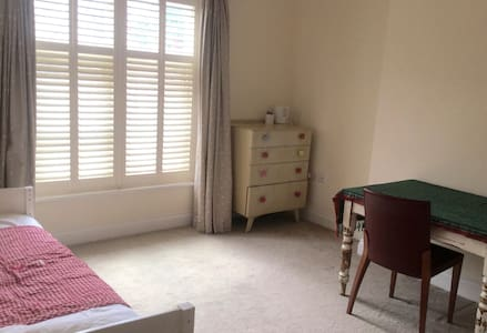 Single, central, spacious, ensuite in family flat - Appartamento