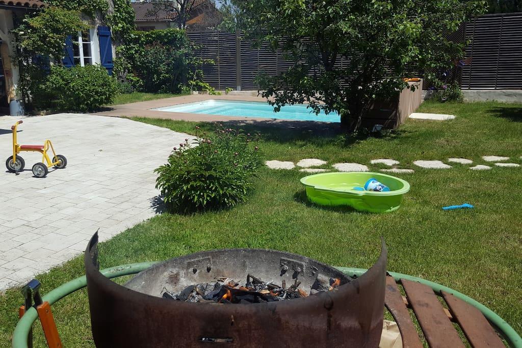 barbecue, piscine pour bebe, vélos, à disposition