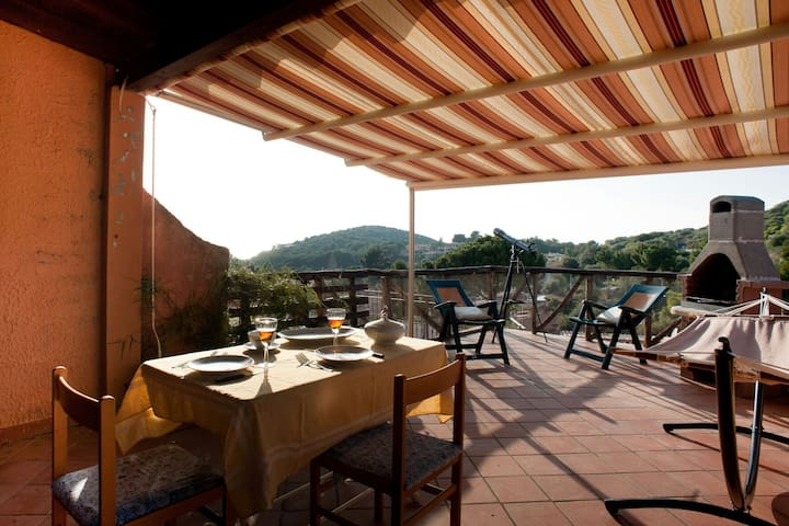 Lovely cottage with sea-view terrace in Sardinia - Geremeas