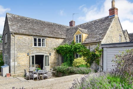 Beehive Cottage, Wood Burner, Poulton, Cotswolds