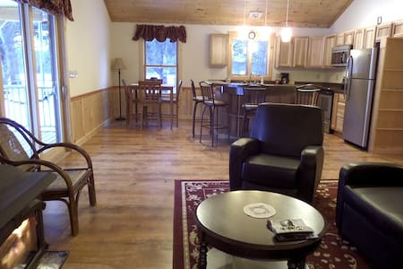 New 2  bedroom chalet by the lake  - Stony Creek - Almhütte