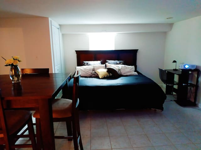 Private bedroom/bathroom+King bed+8 min to airport