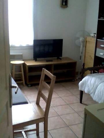 Belle chambre meublée et équipée - Trouy, Centre-Val de Loire, FR - Leilighet