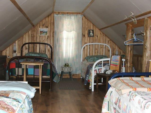 4 - Chambre, 3 lits (39 pc) et 1 lit (54 pc)