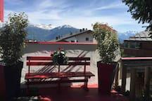 Le coin repos à l'ombre du grand sapin avec la vue sur les Alpes