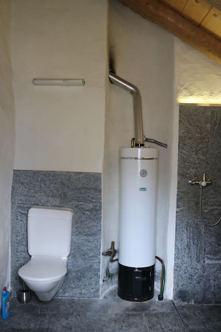 Badezimmer mit Boiler - bathroom with boiler