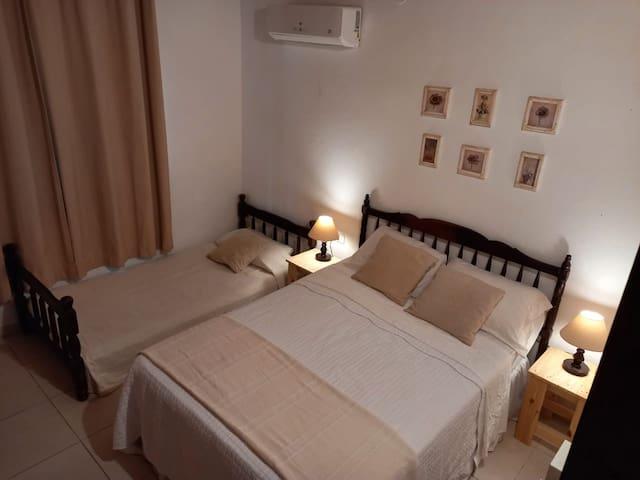 Habitación secundaria con cama matrimonial y una cama individual
