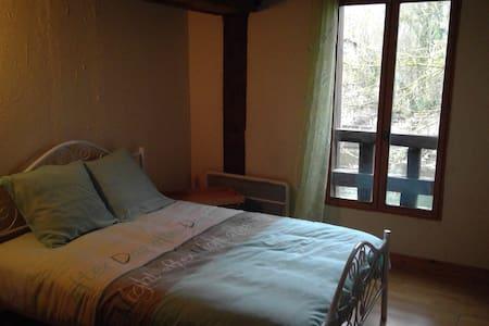 chambre Lola au dessus de la  riviere avec parking - Sainte-Maure - House