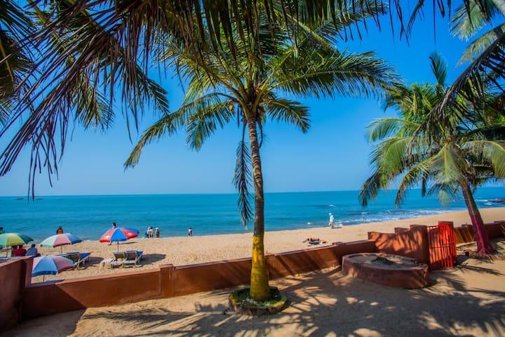 Anjuna beach view stay for 3 w/ garden nr Curlies