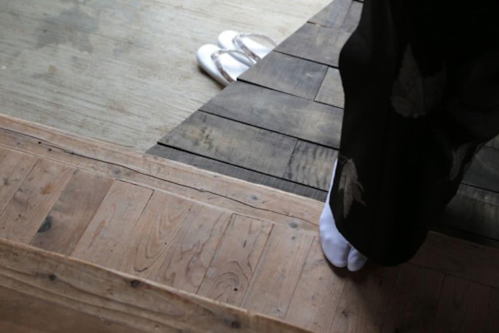 玄関:大島紬と椎木とイスの木の床
