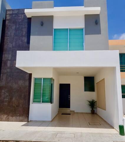 Hermosa casa , prácticamente nueva , a 1 cuadra de área de alberca.