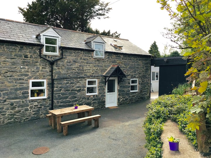 Ty'r Gof Barn - Spacious, Rural Welsh Charm