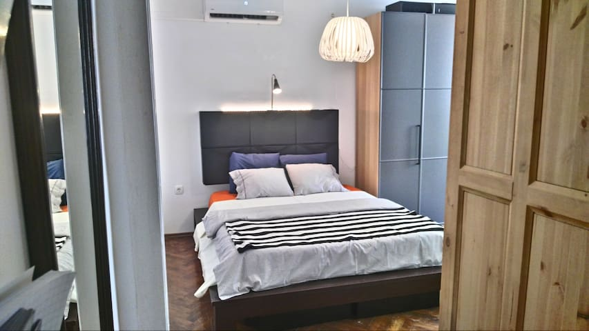 Historic City Center Apartment | 1 min from bus