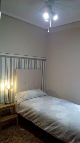 Dormitorio 2 individual; amplio con gran armario y zona de trabajo