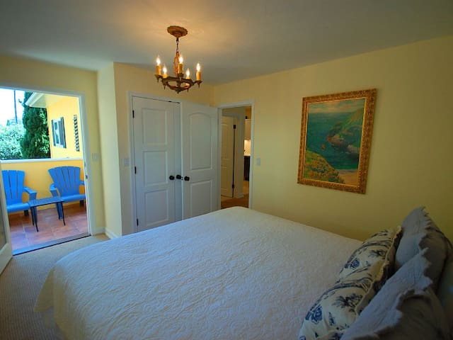 Affordable Executive Getaway 2 Blk to Beach & Town