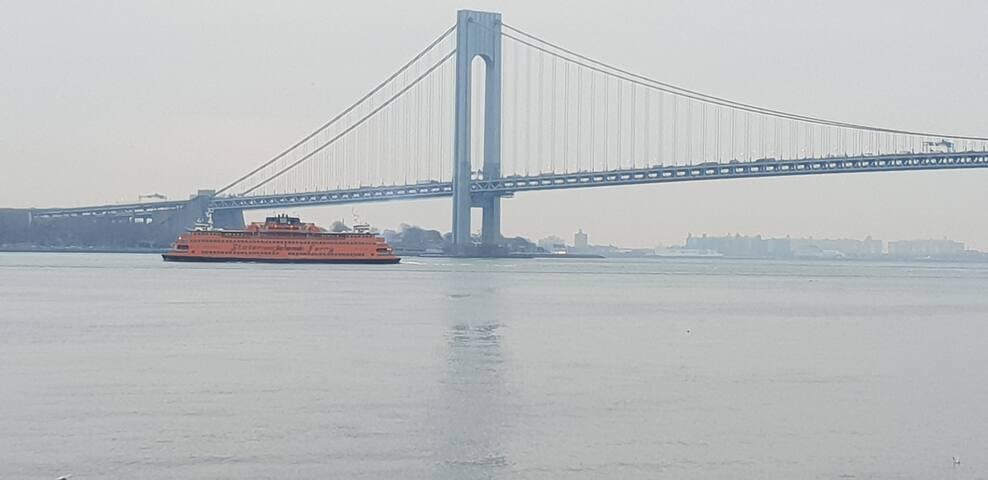 20 mins from Manhattan. 10 mins frm S.I. ferry.