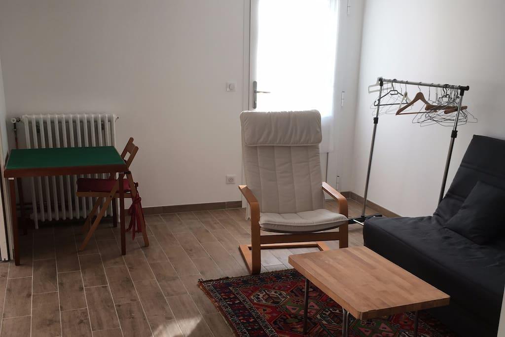 salon avec canapé clic-clac