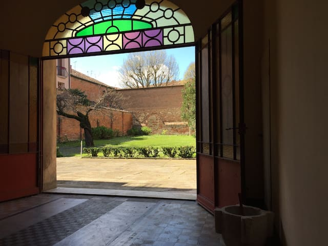 ROMANTIC APARTMENT IN OLD MONASTERY WITH GARDEN - Ferrara - Huis