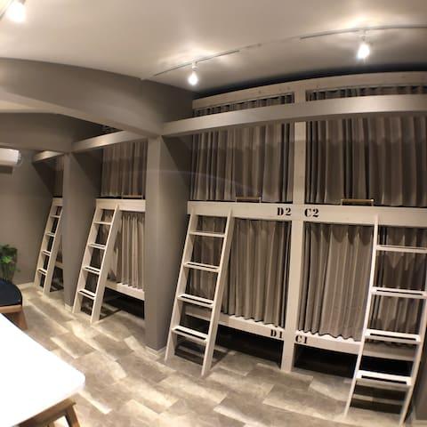 大阪駅梅田駅より徒歩8分 女性専用ドミトリーD1 カプセルより広いロフト型ベッドセミダブル下段
