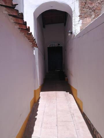Entrance, guests are issued with a set of keys to access the property/ Entrada, los huéspedes tendrán su juego de llaves para entrar la propiedad