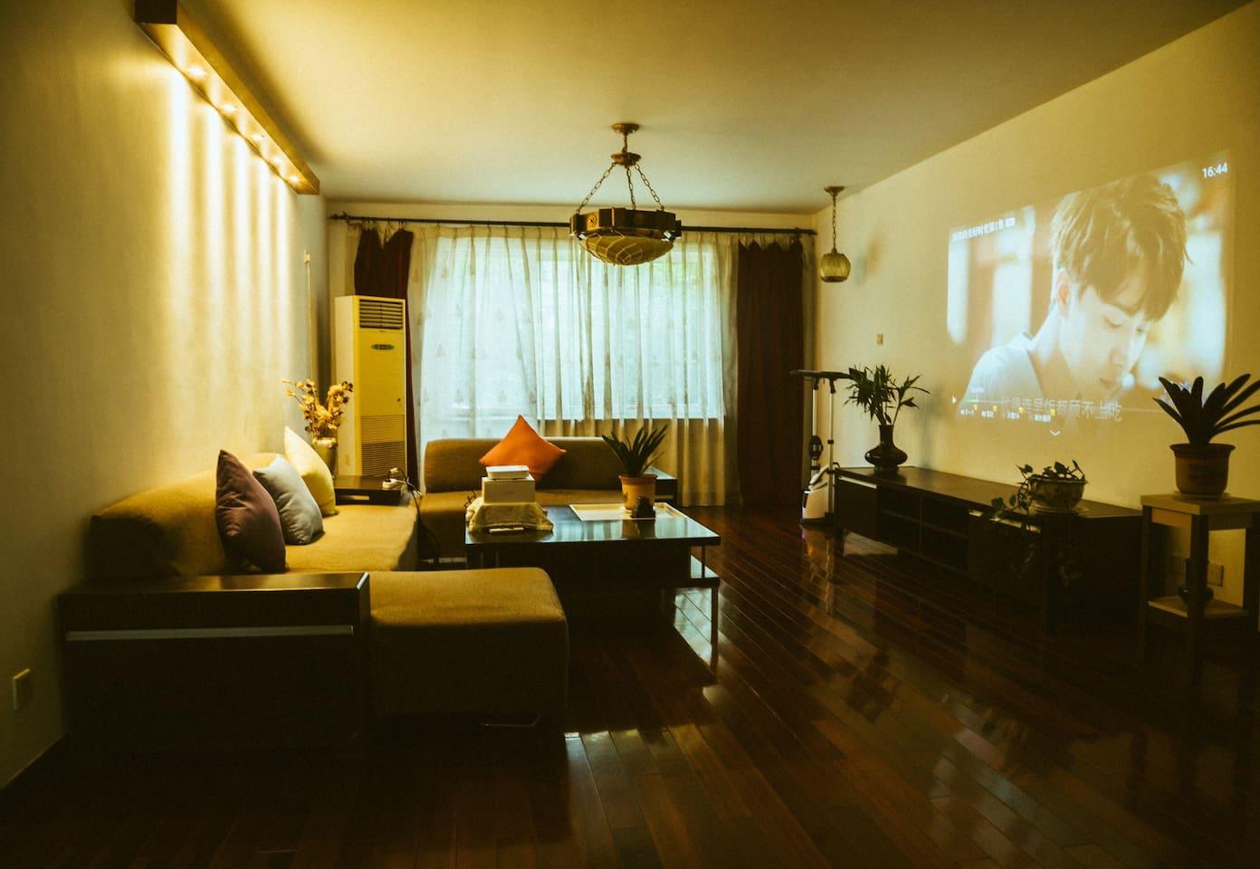 客厅 宽敞舒适 大沙发可坐6人以上 百寸投影私人影院