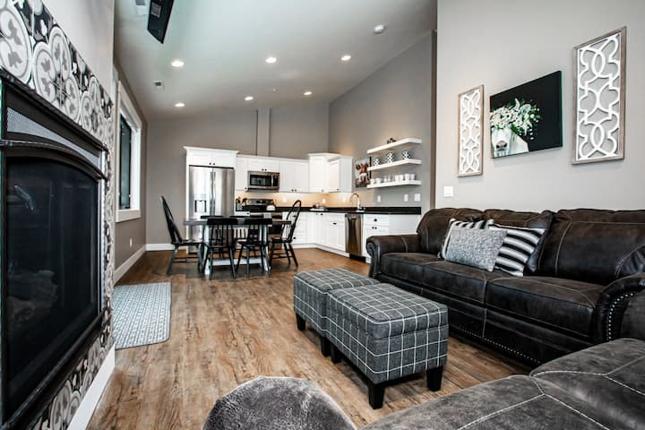 NEW- Cozy Condo in Downtown Whitefish!