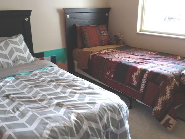 Boulder- 4 Beds in Lg room, Free breakfast