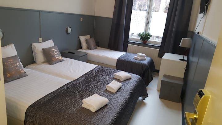 3 Pers. room, bathroom. Hotel Dupuis, Valkenburg