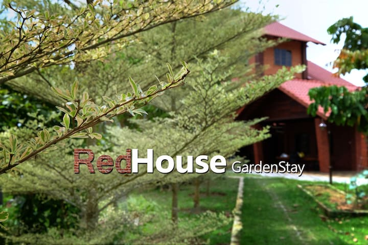 Red House⭐ Bkt Tinggi Garden Stay In the Cloud