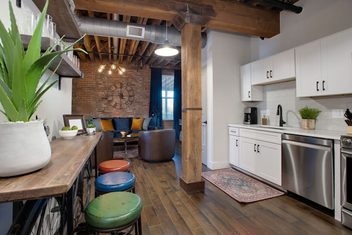 Stay in a piece of History! The 1865 Apt Sleeps 8!