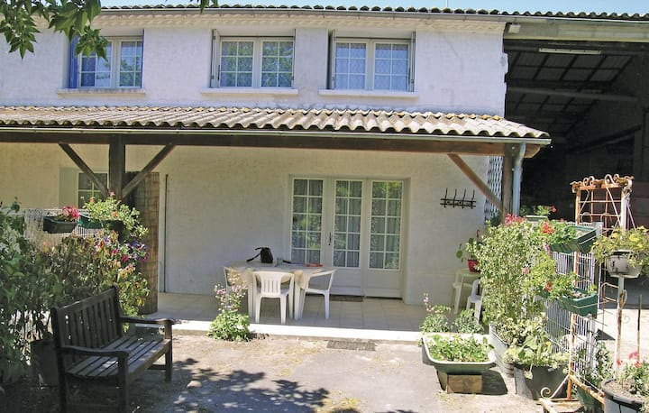 Stunning home in Arces sur Gironde with 2 Bedrooms
