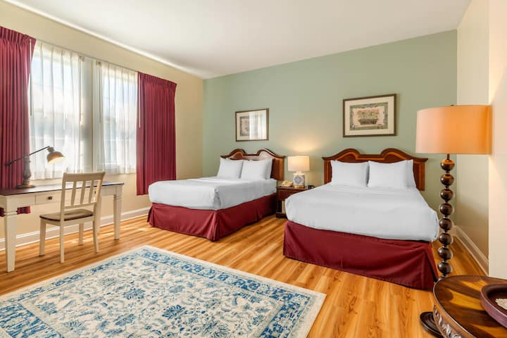 Historic Carriage House Inn; 2 Double Beds