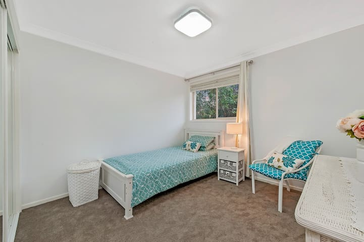 Peaceful King Single bedroom with breakfast Sydney