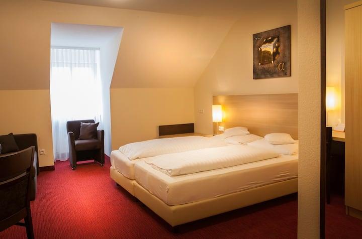 Flair Hotel Weinstube Lochner (Markelsheim), Doppelzimmer Standard mit extra langen Betten und TV