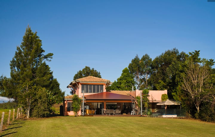 Tuscany on Tinaroo -Luxury on the Lake