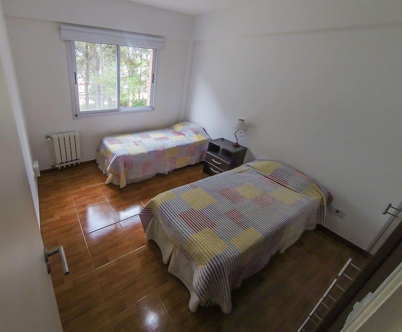 Dormitorio con dos camas sommiers individuales.