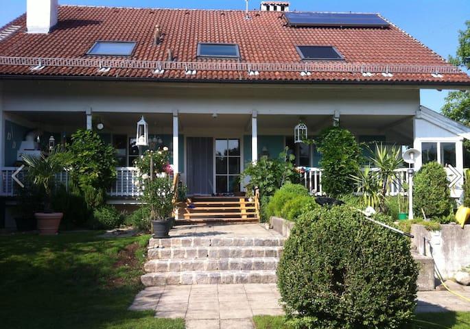 **Landhaus mit traumhafter Veranda bei Salzburg** - Saaldorf-Surheim - Haus