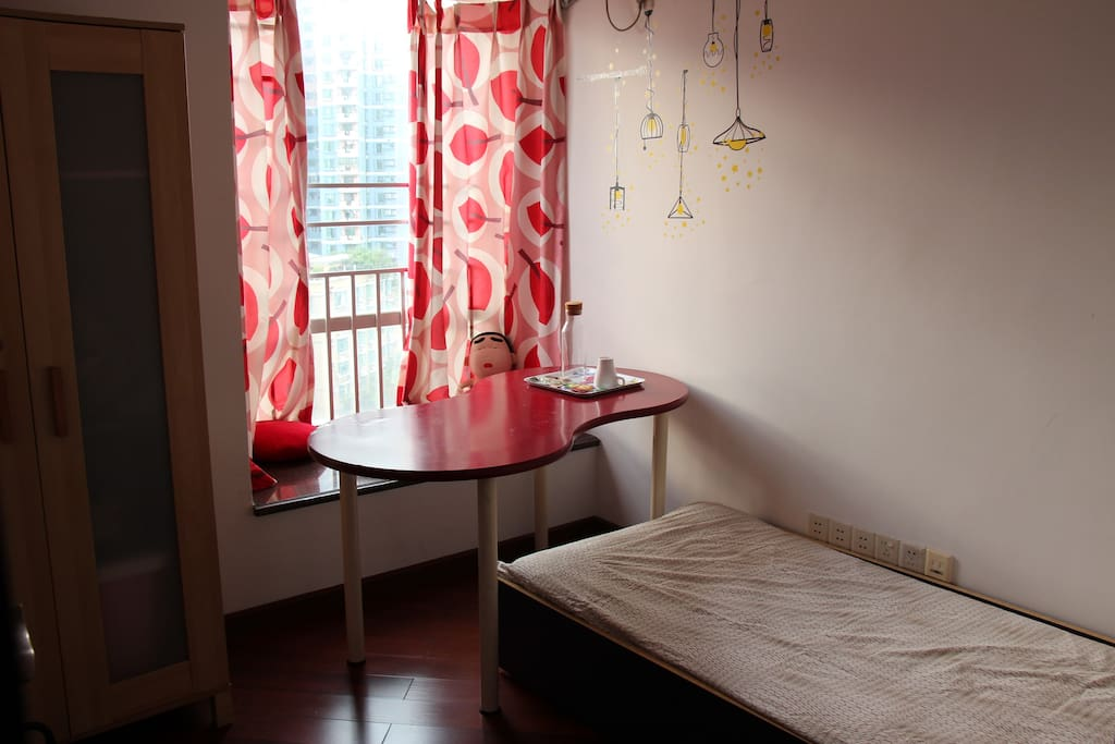卧室里柜子、桌子等用品齐全