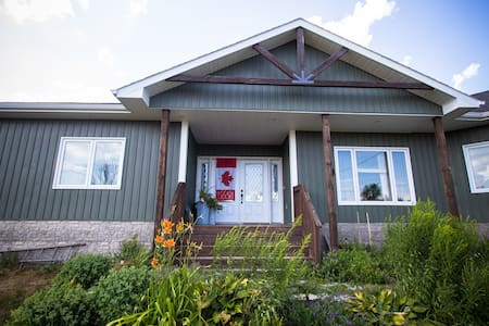 Canada House (On the Pond) | 2 Queen Bedrooms - Perth Road - Ház