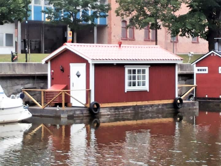 Stuga med AC och vattenvy i centrala Uppsala