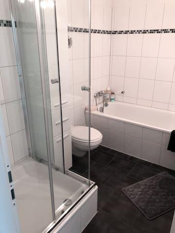 Badezimmer mit Dusche und Badezimmer