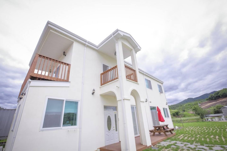 300 여평의 잔디밭이 있는 2층 미국식 목조주택~~ 포치와 베란다 있는 방이 2번방입니다.  농부의 주택이라 호텔처럼 럭셔리 하지 않지만. 좋은 사람들이 머물고 함께 하는 시골 그 자체입니다.  ㅎ